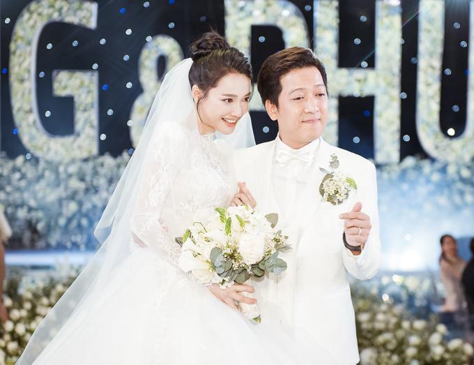 Việc khách mời không sử dụng điện thoại, camera trong tiệc cưới giúp các cặp sao Việt giữ được sự riêng tư của tiệc cưới.