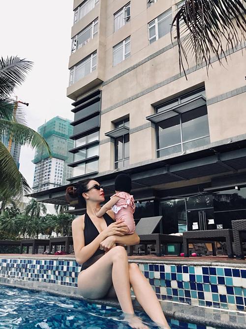 Trà Ngọc Hằng bồng bế con gái hơn 11 tháng tuổi đi bơi.