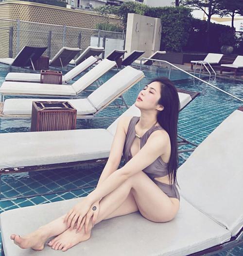 Hương Tràm thư giãn bên hồ bơi tại Mỹ.