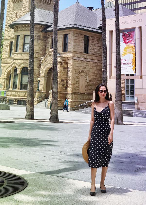 Sau liveshow This is me tại TP HCM, Võ Hạ Trâm có chuyến đi Mỹ. Cô diện váy chấm bi, khoe vóc dáng thon thả khi sải bước ở San Jose.
