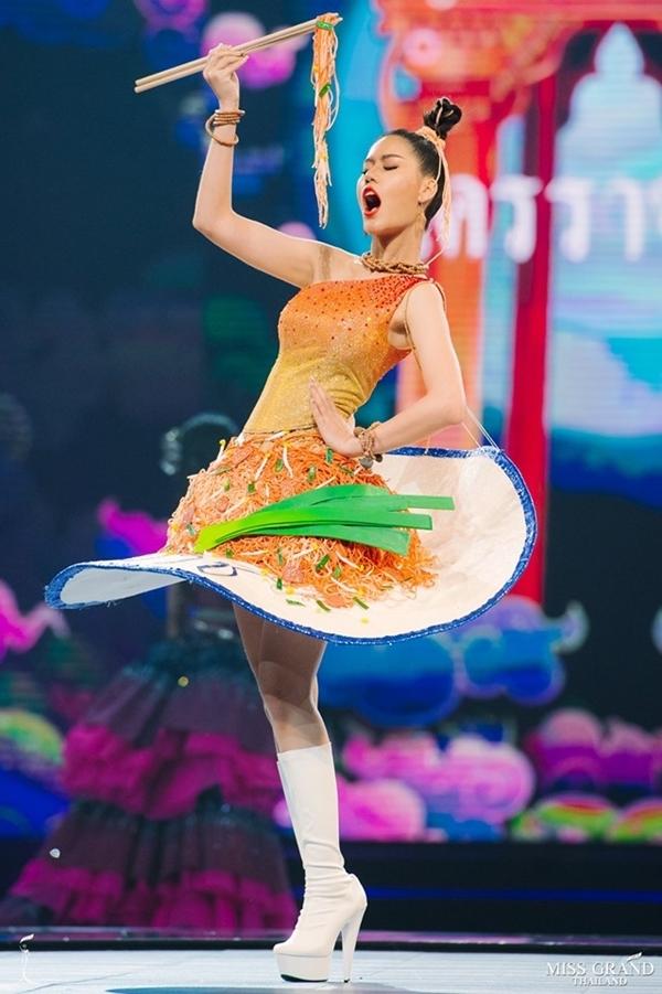 Diện trang phục lấy cảm hứng từ món mì gạo xào, người đẹp tỉnh Nakhon Ratchasima vừa trình diễn vừa thể hiện biểu cảm ngon miệng.
