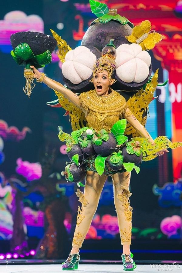Măng cụt phổ biến ở Thái Lan lẫn Việt Nam, nhưng ý tưởng biến loại trái cây này thành trang phục dân tộc của hoa hậu tỉnh Nakhon Si Thammaratđược đánh giá độc lạ.