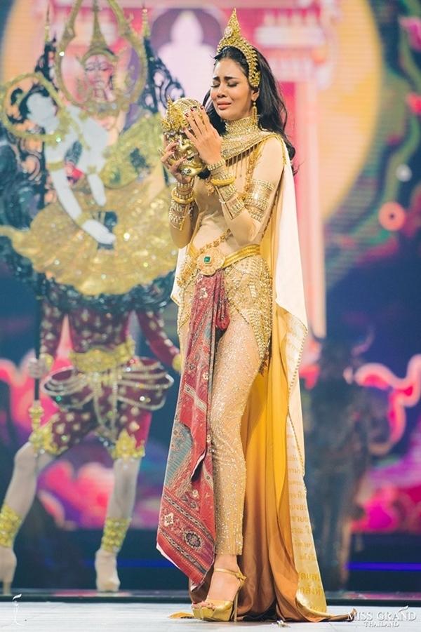 Thí sinh tỉnh Rayong còn ghi điểm ở kỹ năng diễn xuất khi catwalk trên sân khấu.