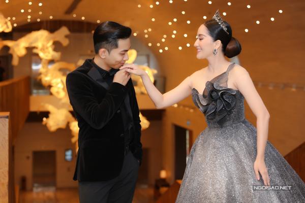 Phan Hiển tình cảm hôn tay bà xã và dành cho cô nhiều cử chỉ tình tứ, ngọt ngào ở sự kiện.