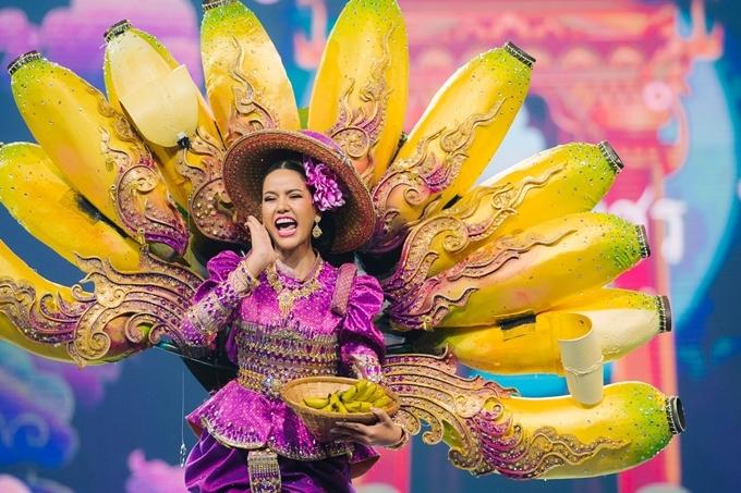 Đêm thi trang phục truyền thống Hoa hậu Hòa bình Thái Lan 2019 vừa diễn ra tối 10/7. Đây là đêm nhận được nhiều mong đợi bởi sự đầu tư hoành tráng, đa dạng văn hóa của các thí sinh vốn tạo nên thương hiệu cho cuộc thi nhiều năm qua.Hoa hậu Kamphaeng Phet gây chú ý với thiết kế lấy ý tưởng từ giống chuối Kluay nổi tiếng của xứ chùa vàng.