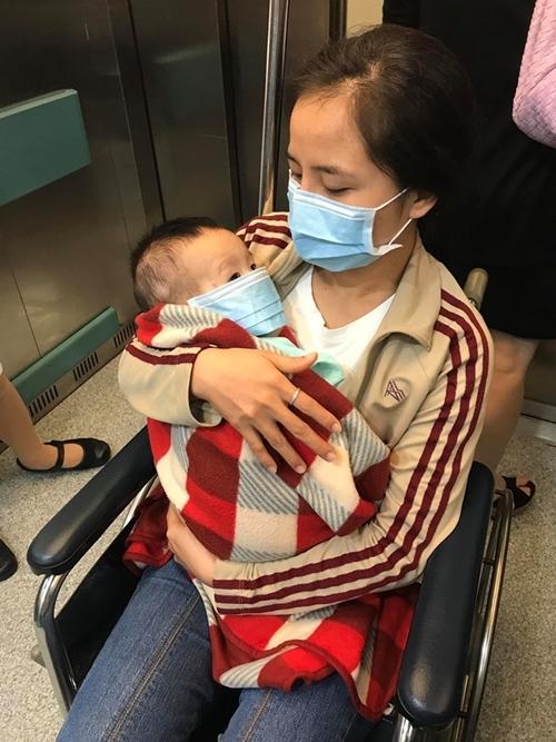 Ca sĩ Minh Hiền đưa con đi chữa bệnh.