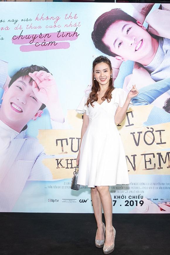 Midu dịu dàng tới ủng hộ phim của tình cũ Harry. Cô đóng cặp với nam diễn viên kém tuổi trong phim 4 năm 2 chàng 1 tình yêu cũng của đạo diễn Luk Vân hồi năm 2016.