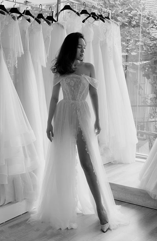 Tháo phần tùng váy xòe nhẹ bên ngoài, thiết kế nhanh chóng có một diện mạo khác: thời thượng và sành điệu hơn. Cô dâu tổ chức hôn lễ có màn khiêu vũ không thể bỏ qua mẫu váy này.