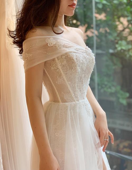 Phom váy corset nẹp thân sử dụng 12 chiếc gọng tạo dáng ngực giọt lệ đã cộp mác thương hiệu của NTK Phương Linh.