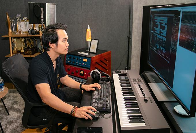 Hôm 10/7, nhạc sĩ - nhà sản xuất âm nhạc Khắc Hưng chính thức ra mắt phòng thu mới tại Quận 1, TP HCM. Nhiều nghệ sĩ thân thiết, từng hợp tác với anh đã có mặt để chúc mừng.