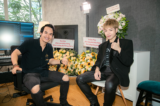 Ca sĩ Đức Phúc ôm hoa đến chúc mừng Khắc Hưng. Cùng với phòng thu này, nhà sản xuất sinh năm 1992 cũng chính thức khởi động dự án riêng mang tên Nhật ký sáng tác để miêu tả lại hành trình tạo nên những bản hit của mình.