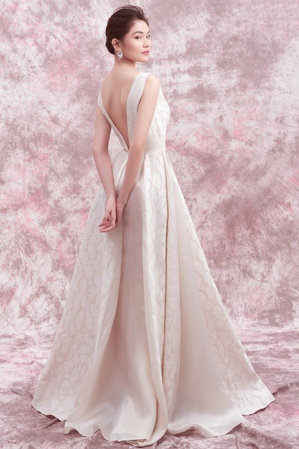 Chiếc đầm lụa kết hợp kiểu tóc búi cao tôn lên nét