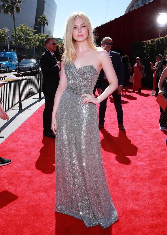 Nữ diễn viên Elle Fanning được mời tới trao giải.