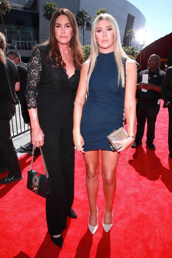 Ngôi sao chuyển giới Caitlyn Jenner xuất hiện thanh lịch bên cô bạn gái Sophia Hutchins trên thảm đỏ ESPY 2019 (lễ trao giải Vận động viên xuất sắc của năm). Hai người không quá chênh lệch về ngoại hình dù Cailyn sắp bước sang tuổi 70 còn Sophia mới 23 tuổi. Họ sống cùng nhau 3 năm qua và luôn quấn quýt như hình với bóng. Chúng tôi kiểu như không thể tách rời, Caitlyn từng chia sẻ trên tạp chí Variety.