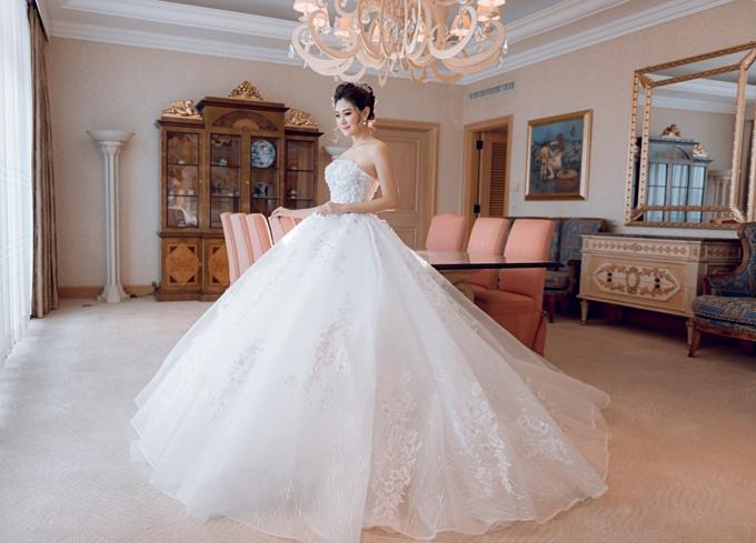 1. Váy cưới công chúa:Chiếc váy cưới với những đường ren được thêu tỉ mỉ, điểm thêm hàng nghìn viên pha lêSwarovskihay họa tiết của những bông hoa đính nổi 3D khiến cho tổng thể thiết kế trở nênmềm mại và ngọt ngào. Phần thân váy với kết cấu kinh điển tạo eo con kiến.