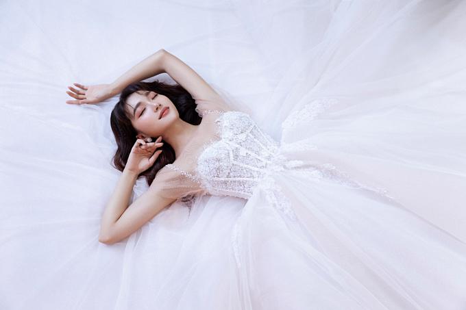 Dáng váy cưới công chúa cúp ngực chưa bao giờ ngưng được yêu thích bởi các cô dâu khi vừa khoe khéo vẻ quyến rũ tự nhiên lại mang đến cảm giác bay bổng.