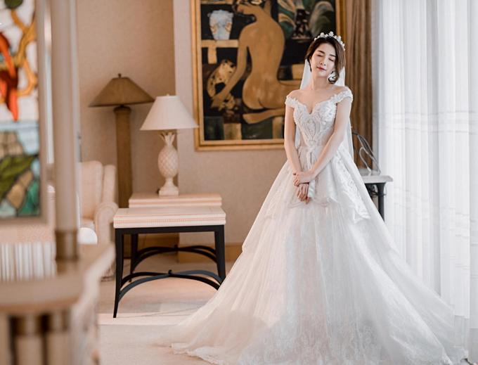 2. Váy cưới trễ vai:Váy cưới trễ vai/váy cưới rớt vai ngày càng được ưa chuộng. Bởi đây là thiết kế hoàn hảo để vừa khoe được đôi vai xinh vừa che khéo bắp tay chưa đẹpcủa cô dâu.