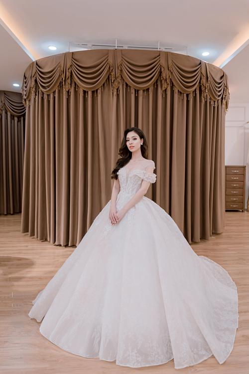 Thiết kế váy áo cưới trễ vai 2019 - 2020 sẽ trở nên phá cách hơn bởi sự kết hợp của nhiều chất liệu, nhiều tầng lớp của ren.Dù là với phom váy cưới đuôi cá hay váy cưới xòe thì chi tiết trễ vai hờ hững cũng tạo nênnét quyến rũ cho nàng dâu mới.