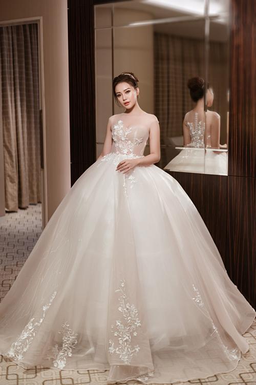 3. Váy cưới tonehồng pastel: Màu sắc nàyvẫn thể hiện sức hấp dẫn riêng có khi được các nhà thiết kế lựa chọn. Sắc hồng nhẹ nhàng khiến các cô dâu trở nên ngọt ngào hơn trong ngày trọng đại.