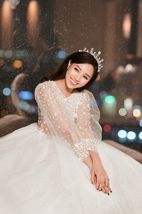 4. Váy cướitay phồng:Thiết kế này dành cho các tân nương ưa chuộng phong cách cổ điển và tinh tế. Lựa chọn chất liệu vải ren mềm và xuyên thấu, nàng dâu trở nên e ấp, dịu dàng hơn.