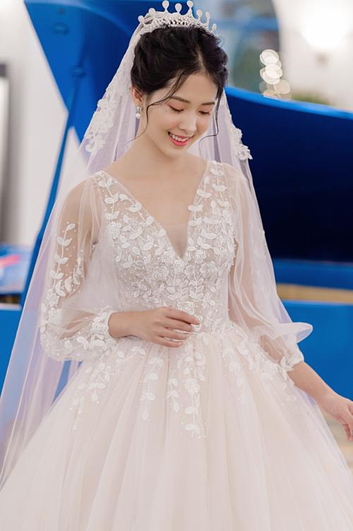 Những chiếc váy cưới tay phồng thường được nhấn nhá bằng thiết kế đường khoét chữ V sâu vừa giúp tôn được những đường nét gợi cảm lại che khuyết điểm cho cô dâu sở hữu phần thân trên đầy đặn hoặc bắp tay lớn.
