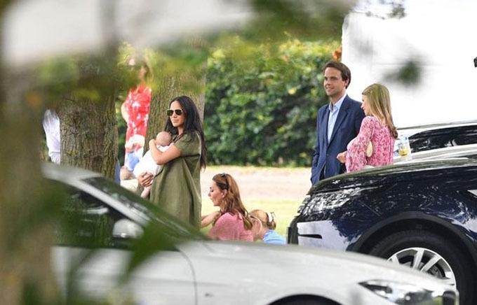 Đây là lần thứ hai Meghan và Kate xuất hiện cùng nhau kể từ khi nữ Công tước xứ Sussex sinh con trai vào ngày 6/5. Lần trước là vào lễ diễu binh Trooping the Colour mừng sinh nhật Nữ hoàng Elizabeth II vào ngày 8/6.
