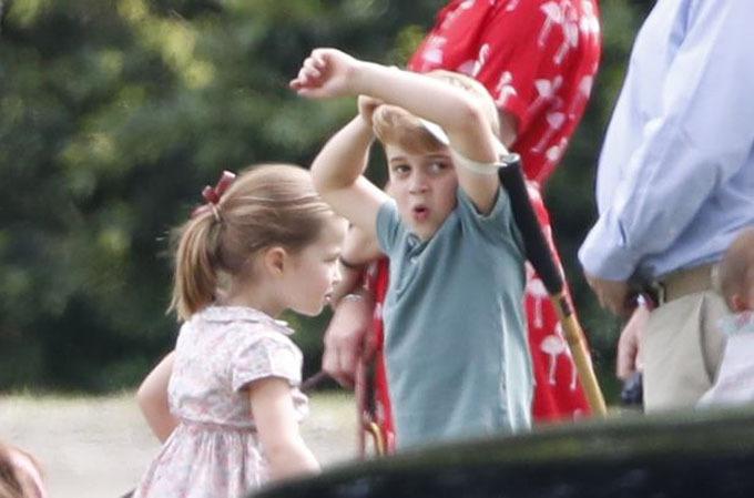 Hoàng tử George và Công chúa Charlotte thu hút sự ông kính phóng viên.