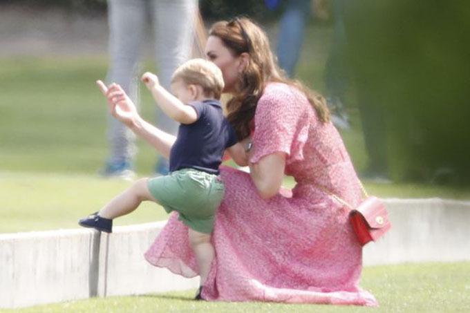 Bé Louis tỏ ra tỏ mò, thích khám phá và nghịch ngợm khiến mẹ Kate phải vất vả chạy theo để quản lý.