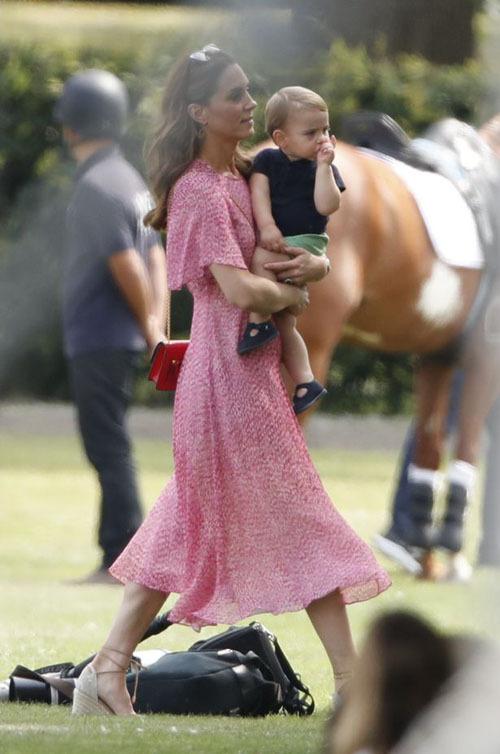 Cũng giống như nhiều em bé khác, Louis có sở thích mút tay mọi lúc mọi nơi.