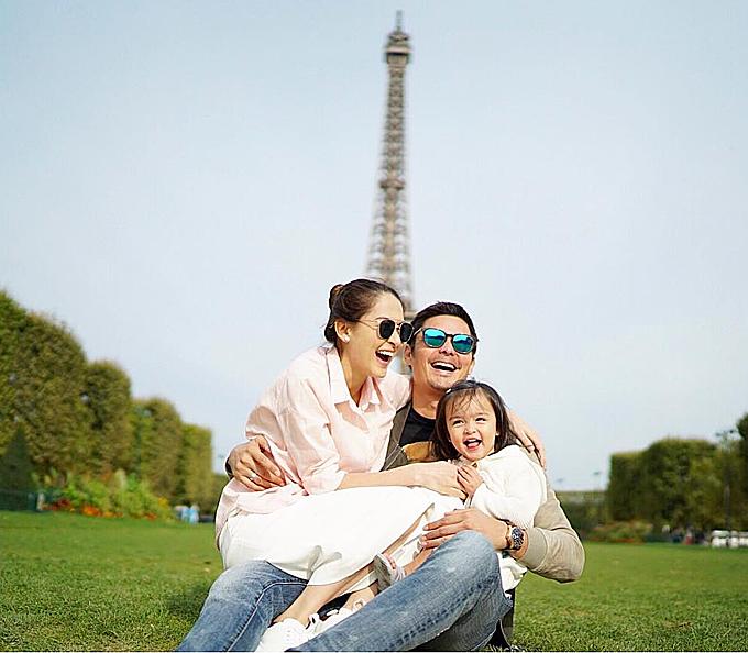 Cũng trong chuyến đi này, gia đình cực phẩm đã có ngay bức ảnh để đờingay dưới chân tháp Eiffel, biểu tượng nước Pháp. Đồng thời, bé Zia cònđược bố mẹ đưa đến tham quan bảo tàng Louvre - nơi lưu giữ những báu vật nghệ thuật của thế giới hay chiêm ngưỡng vẻ đẹp uy nghi của Nhà thờ Đức bà Paris.