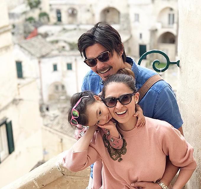 Từ khi sinh nhật một tuổi, bé Zia đã được theo chân bố mẹ đi cùng trời cuối đất, thậm chí là những chuyến du lịch dài ngày ở châu Âu mà không hề có trở ngại gì về sức khỏe. Bé rất hào hứng, sắc diện tươi rói khi được bố mẹ đưa đi thăm thú Matera, Italy vào tháng 9/2017 khi vừa qua sinh nhật 2 tuổi.