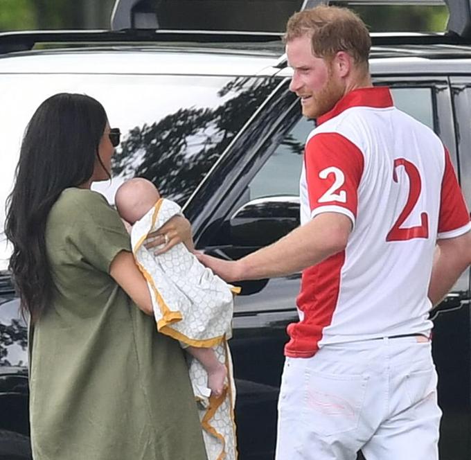 Hoàng tử Harry vỗ về con trai Archie sau trận đấu polo hôm 10/7. Ảnh: Rex.