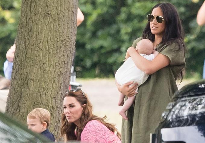 Kate và Hoàng tử Louis xem trận polo cạnh mẹ con Meghan. Ảnh: Max Mumby.
