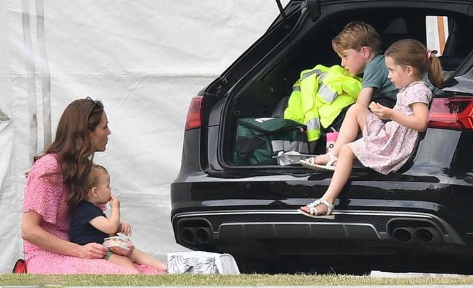 Kate một mình chăm ba con khi đi xem chồng thi đấu polo hôm 10/7. Ảnh: Max Mumby.