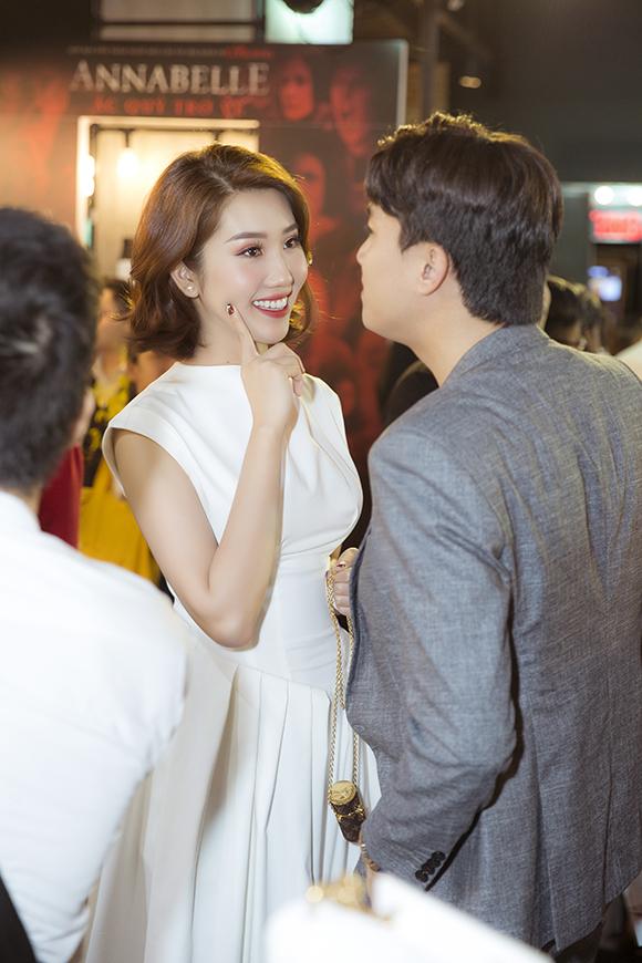 Hai người trò chuyện ăn ý và thân mật trước buổi chiếu phim.