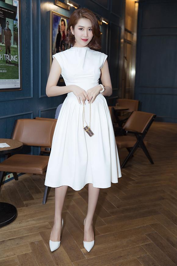 Tối 10/7, Thúy Ngân tham dự buổi chiếu ra mắt của phim ngôn tình Thật tuyệt vời khi ở bên em. Hân Hoa hậu của phim Gạo nếp gạo tẻ mặc đầm trắng thiết kế đơn giản phối cùng giầy trắng nhẹ nhàng.