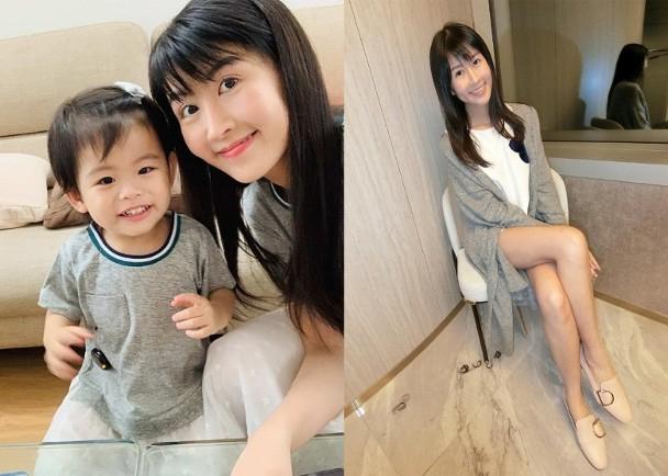 Triệu Triết Dư và con gái nhỏ.