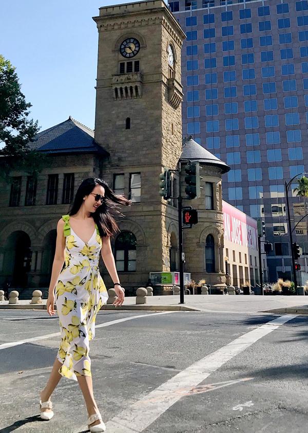 [Caption] Nữ ca sĩ cực hào hứng với chuyến đi lần này. Cô còn mang theo những chiếc đầm hai dây nhẹ nhàng, thả dáng giữa phố. Sau đêm diễn để đời thì chuyến đi này giúp cô có thêm nhiều năng lượng trước khi thực hiện thêm những dự án hấp dẫn.