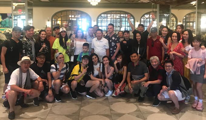 Nữ ca sĩ gặp gỡ tỷ phú Hoàng Kiều (mặc áo trắng đứng giữa) và nhiều bạn bè, đồng nghiệp trong chuyến lưu diễn Mỹ.