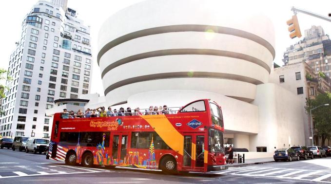 Xe buýt hop-on-hop-off tiện lợi, nhưng giá chưa đến 700.000 đồng cho một chiếc vé đến 50 điểm dừng. Ảnh: Klook Vietnam.