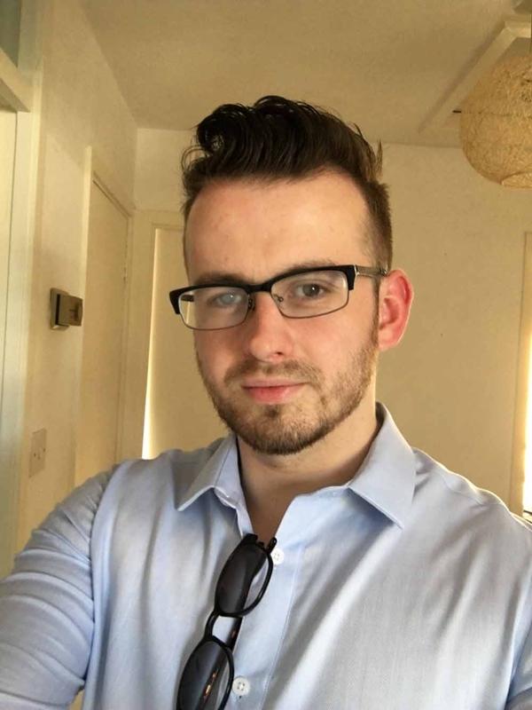 Nick Humphreys bị cận bẩm sinh, phải đeo kính từ năm 4 tuổi.