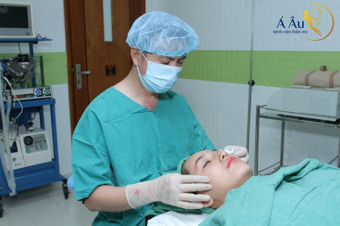 Bác sĩ Phan Thanh Hào thực hiện căng da chỉ vàng Gold Thread tại Bệnh viện thẩm mỹ Á Âu.