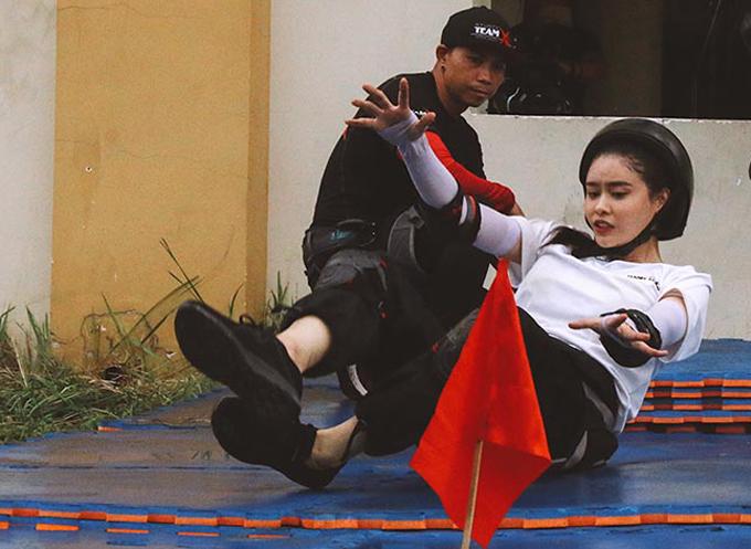 [Caption] Mỹ Nhân Hành Động đã dần bật mí các khóa huấn luyện, thử thách khắc nghiệt của chương trình.  Không còn là những người đẹp xuất hiện lộng lẫy trong các sự kiện giải trí hay mang hình ảnh quen thuộc khi tham gia các hoạt động gắn liền với tên tuổi, trailer Mỹ Nhân Hành Động khiến cho công chúng bất ngờ vì sự thay đổi của 6 nghệ sĩ nổi tiếng: Trương Quỳnh Anh, Phương Oanh, Ngọc Thanh Tâm, Phương Anh Đào, Oxy, Jang Mi khi nỗ lực vượt qua những yêu cầu đặc biệt ở nhiều địa điểm, địa hình khác nhau.  Với những khoảnh khắc được ghi lại từ chính trong môi trường rèn luyện để trở thành một chiến sĩ công an thực thụ, các nghệ sĩ có vóc dáng nhỏ bé, đầy nữ tính như Ngọc Thanh Tâm, Jang Mi... đã lần lượt phải thực hiện những bài võ thuật, chữa cháy, thoát hiểm trên cao, dưới nước ... mang tính thực tế cao. Bên cạnh sự nỗ lực, vẻ mặt căng thẳng và những ứng biến trong mọi tình huống phát sinh phần nào thể hiện sự kịch tính của cuộc đua Mỹ Nhân Hành Động.