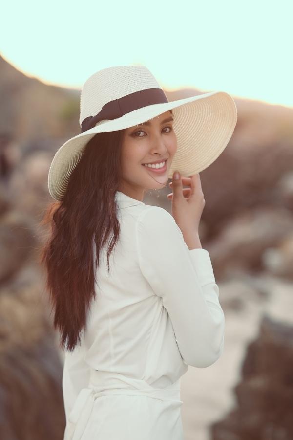 Người đẹp 19 tuổi khoe nhan sắc mộc mạc trước biển.