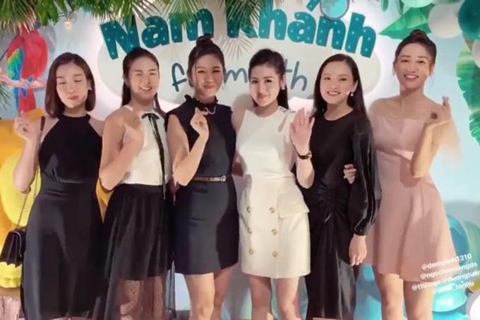 Thanh Tú (thứ 3 từ trái sang) bên cạnh các người đẹp Hoa hậu Việt Nam.