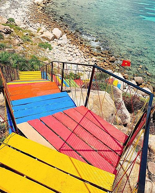 Địa điểm hot nhất Bình Hưng mùa hè này có lẽ là con đường gỗ dẫn từ núi xuống biển với từng bậc được sơn màu sặc sỡ theo 7 sắc cầu vồng.