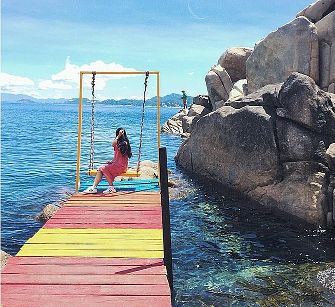 Con đường dẫn thẳng ra biển với điểm cuối cùng là một chiếc xích đu bằng gỗ. Tọa độ sống ảo này được rất nhiều du khách chụp ảnh check in, khiến nó càng thêm nổi tiếng trong cộng đồng mê du lịch. Ảnh: _nld_ne