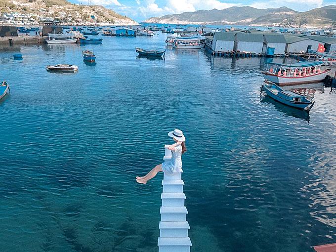 Bạncó thể đổi góc chụp từ trên cao xuống, với background là mặt biển xanh ngắt cũng rất thú vị, độc đáo, thay vì chụp hất từ dưới lên. Ảnh: Hợi Heo Bình Hưng