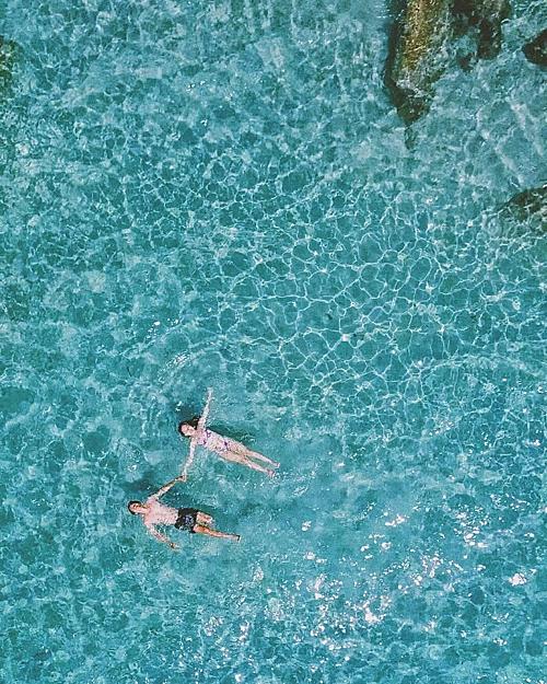 Đảo Bình Hưng là một đảo nhỏ thuộc xã Cam Bình, Thành phố Nha Trang, Khánh Hoà, nằm trong cụm 4 hòn đảo Tứ Bình: Bình Lập - Bình Ba - Bình Hưng và Bình Tiên rất được yêu thích. Nơi đây nổi tiếng với màu nước biển xanh trong và những bãi cát trắng tinh, được ví như Maldives phiên bản mini. Ảnh:movement.clo