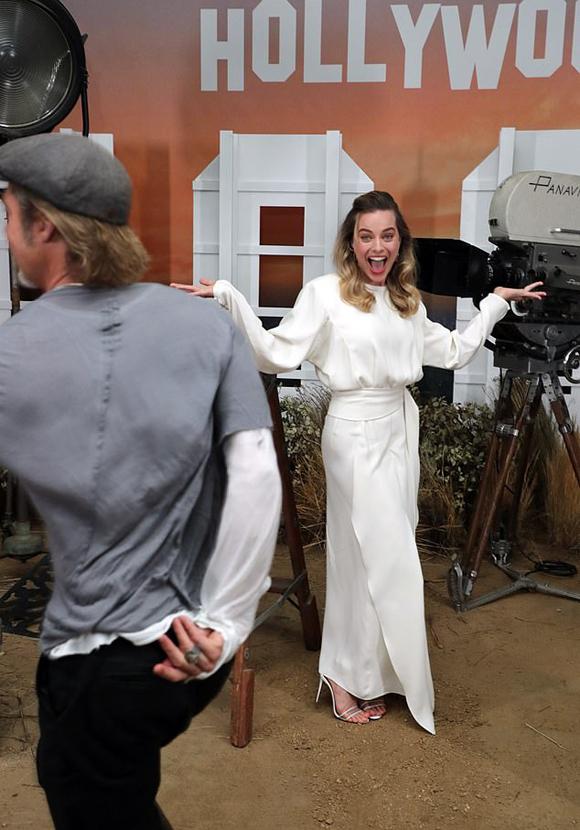 Brad Pitt từng bị đồn có tình ý với Margot từ năm 2016 khi mối quan hệ của anh và Angelina Jolie đang trục trặc. Tuy nhiên tin đồn này đã bị bác bỏ vì người đẹp sau đó kết hôn với trợ lý đạo diễn Tom Ackerley. Năm 2018, Brad và Margot có duyên đóng phim cùng nhau rồi trở thành bạn bè thân thiết.